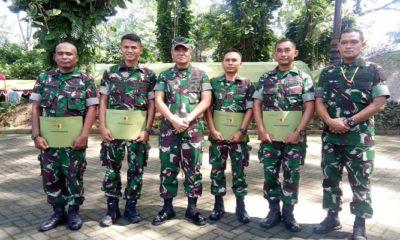 Empat Babinsa dan satu prajurit TNI AD mendapatkan penghargaan dari Pangdam V Brawijaya, Mayjen TNI Wisnoe Prasetja Boedi. (Foto: Istimewa)