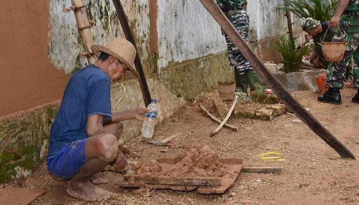 Abdullah (65) ikut berpartisipasi kegiatan Satgas TMMD Kodim Sumenep di Desa Batu Putih Laok, Kecamatan Batu Putih, Kabupaten Sumenep. (FOTO: NUSANTARANEWS.CO/Pendim Sumenep)