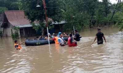 Anggota Denbekang Madiun Berjibaku Bantu Warga Terkena Banjir. (FOTO: NUSANTARANEWS.CO/pen81)