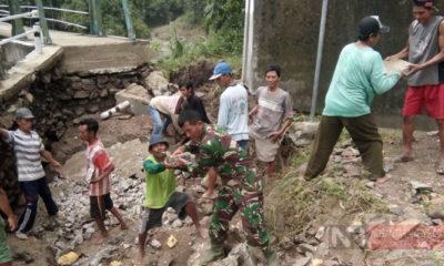 Babinsa Bersama Waga Lakukan Perbaikan Jalan Akibat Diterjang Banjir (Foto Dok. NUSANTARANEWS.CO)