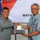 Direktur Network & IT Solution Telkom Zulhelfi Abidin (kanan) menyerahkan cindera mata kepada Kepala Bakamla Laksdya Bakamla A. Taufiq. R usai penandatanganan Perjanjian Kerja Sama Pengawasan dan Pengamanan Sistem Komunikasi Kabel Laut (SKKL) di Kapal Nasional Tanjung Datu 1101, Batam, Kamis (21/3). (Foto: Istimewa/NUSANTARANEWS.CO)