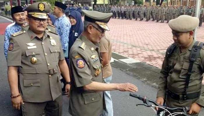 Bupati Salwa Arifin dan Wabup Irwan Bachtiar saat peringatan HUT ke-69/2019 Satpol PP di halaman Kantor Bupati Bondowoso. (FOTO; NUSANTARANEWS.CO/Saphan)