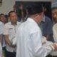 Bupati Sumenep Abuya Busyro Karim memberikan bantuaan secara simbolis rastra utk keluarga penerima manfaat (KPM). (FOTO: NUSANTARANEWS.CO/Danial Kafi)
