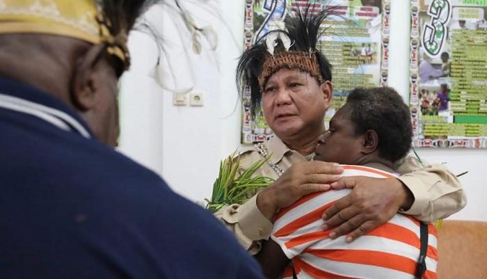 Capres 02 Prabowo Subianto dipeluk salah satu masyarakat Merauke. (FOTO: @Dahnilanzar)