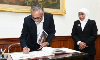 Dubes Inggris Moazzam Malik tandatangani perjanjian bersama Gubernur Jatim Khofifah Indar Parawansa. (FOTO: NUSANTARANEWS.CO/Setya)