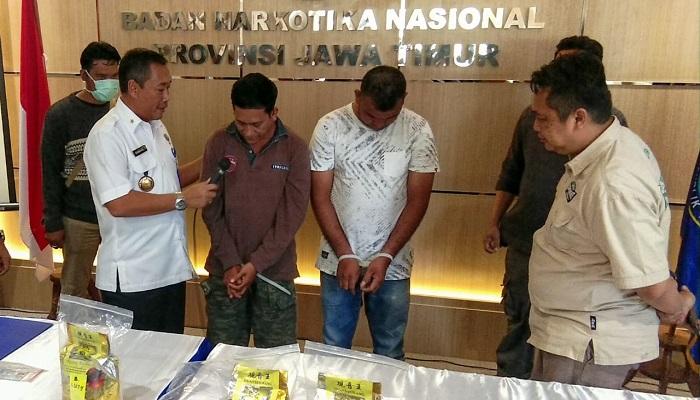 Dua warga Aceh dibekuk BNNP Jatim karena berusaha menyelundupkan sabu seberat 4 Kg, Rabu (13/3). (Foto: Setya N/NUSANTARANEWS.CO)