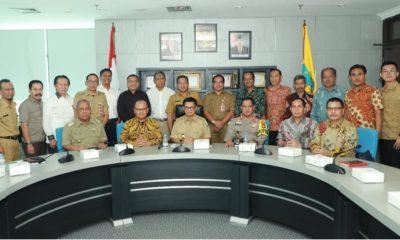 Gubernur Kaltara Dr H Irianto Lambrie dan Kapolda Kaltara Brigjend (Pol) Indrajit berfoto bersama jajaran manajemen PT KMJ, Senin (18/3). (FOTO: NUSANTARANEWS.CO/Istimewa)