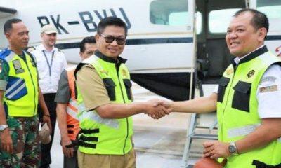 Gubernur Kaltara Dr H Irianto Lambrie didampingi Plt Kepala UPBU Kelas 1 Utama Juwata Tarakan Budi Prayitno meresmikan penerbangan perdana SOA Penumpang APBN 2019, Senin (25/3/2019). (FOTO: Istimewa)