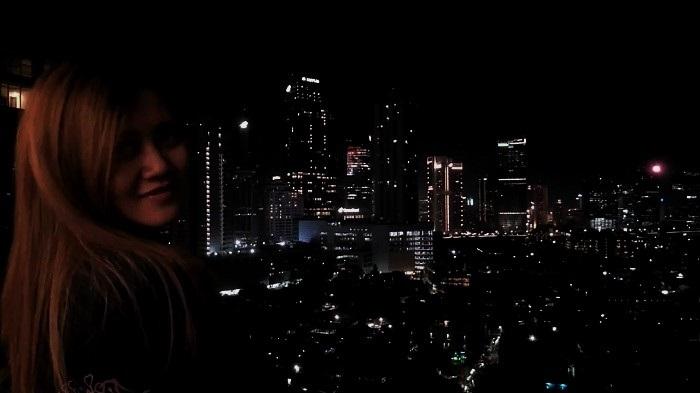 Hanna dan lampu kota di balik jendela. (FOTO: NUSANTARANEWS.CO/mys)