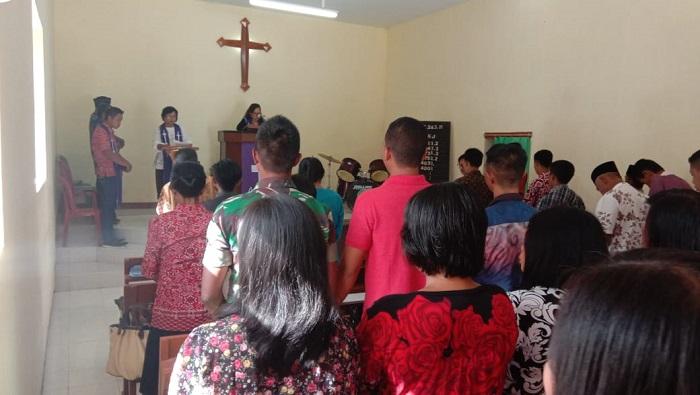 Ibadah Kebaktian yang berlangsung di Gereja Kristen Jadi Wetan (GKJW) Desa Cumedak, Kecamatan Sumberjambe, Kabupaten Jember. (FOTO: NUSANTARANEWS.CO/Prasetya)