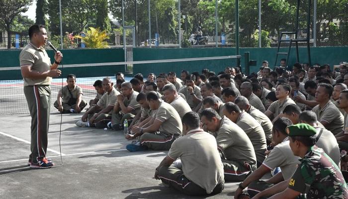 Komandan Kodim 0803/Madiun, Letkol Czi Nur Alam Sucipto memberikan jam komandan kepada seluruh prajurit baik dan PNS di lapangan tenis Kodim 0803/Madiun. (FOTO: NUSANTARANEWS.CO/mc0803)