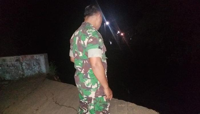 Seorang anggota TNI mengecek jembatan antar desa di Kabupaten Ponorogo yang putus akibat banjir. (Foto: Muh Nurcholis/NUSANTARANEWS.CO)