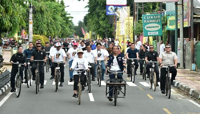 Calon Presiden Joko Widodo (Jokowi) naik sepeda onthel bersama istri, Iriana Widodo di Yogyakarta pada Sabtu (23/3/2019). Jokowi dan istri bersepeda dari Bundara Bulaksumur menuju Stadion Kridosono. (Foto: (Foto: NUSANTARANEWS.CO/Istimewa)