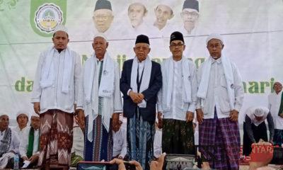 KH Ma'ruf Amin Kalungkan Sorban Empat Kiai di Sumenep, Madura, Jawa Timur, Selasa (19/3/2019). (Foto: M Mahdi/NUSANTARANEWS.CO)