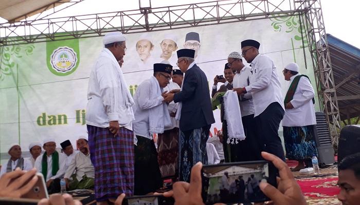 KH Ma'ruf Amin sedang mengalungkan surban ke empat kiai di Sumenep, Madura, Jawa Timur, Selasa (19/3/2019). (Foto: M Mahdi/NUSANTARANEWS.CO)