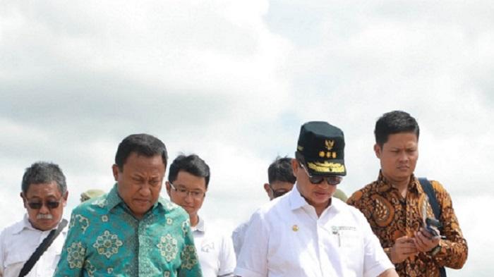 Gubernur Kaltara Dr H Irianto Lambrie bersama Kepala DPUPR-Perkim Kaltara Suheriyatna saat meninjau pembangunan Kanal Antarmoda Bandara Juwata Tarakan, belum lama ini. (FOTO: NUSANTARANEWS.CO/Aiyub)