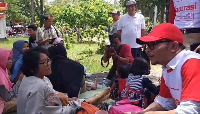 Menaker M Hanif Dhakiri bierdialog dengan Pekerja PT Muara Tunggal sebelum meninggalkan lokasi acara Tour Akbar Koperasi Karyawan. (FOTO: NUSANTARANEWS.CO/Istimewa)