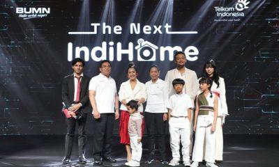 Menteri BUMN RI Rini Soemarno (kelima dari kanan) bersama Direktur Utama Telkom Alex J. Sinaga (kedua dari kiri) dan Brand Ambassador IndiHome yakni Isyana Sarasvati (paling kanan), Jefri Nichol (paling kiri), dan Keluarga Sasono saat acara The Next IndiHome di Jakarta, Senin (25/3). (FOTO: Dok. Humas Telkom)