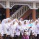 Nila F Moeleok bersama para santri Pondok Pesantren Cipasung, Tasikmalaya, Jawa Barat. (FOTO: Dok. @KemenkesRI)