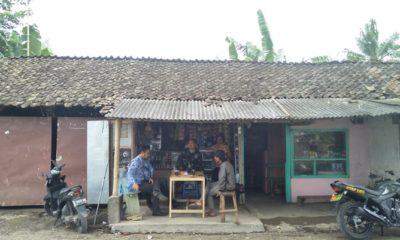 Pedagang Kopi Desa Gunung Malang Ngaku Ketiban Rejeki. (FOTO: NUSANTARANEWS.CO/Singgih)