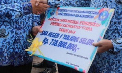 Penyerahan BOP 2018 oleh Gubernur Kaltara Irianto Lambrie kepada para Guru. (FOTO: NUSANTARANEWS.CO/Istimewa)