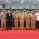 Gubernur Kaltara Dr H Irianto Lambrie berfoto bersama seluruh ASN yang diangkat menjadi PNS 100 persen 2018 dan CPNS 2019, Senin (18/3). (FOTO: NUSANTARANEWS.CO/Istimewa)