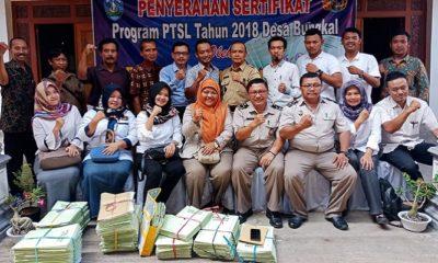 Penyerahan sertifikat tanah PTSL 2018. (FOTO: NUSANTARANEWS.CO/Muh Nurcholis)