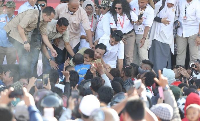 Prabowo Subianto memeluk anak kecil saat kampanye di Merauke. (FOTO: @Dahnilanzar)