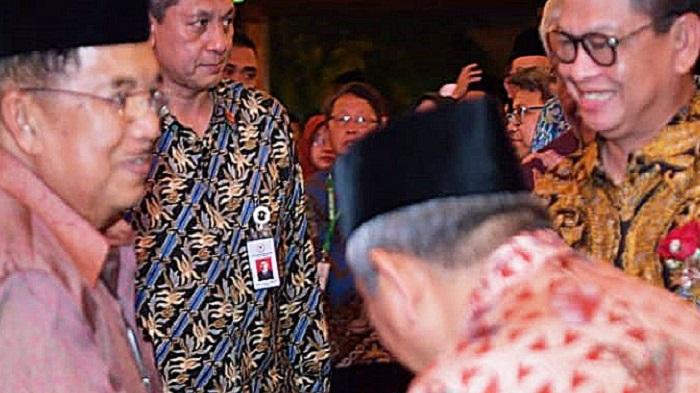 Gubernur Kaltara Dr H Irianto Lambrie saat berbincang dengan Wapres RI HM Jusuf Kalla di sela Rakornas Baznas, Senin (4/3) malam. (FOTO: NUSANTARANEWS.CO/Aiyub)
