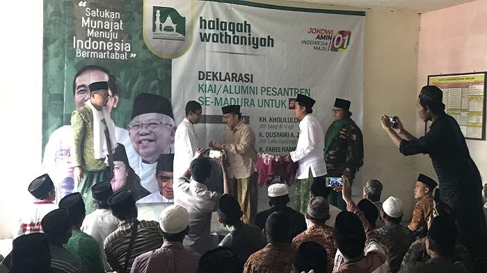 Ratusan Kiai dan Guru Ngaji se Madura Deklarasi Dukung Jokowi-Amin. (FOTO: NUSANTARANEWS.CO/Muchlas Jaelani)