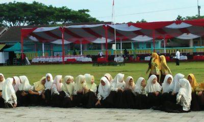 Ratusan Pelajar Jember Sambut Kedatangan Pangdivif-2/Kostrad di acara penutupan TMMD. (FOTO: NUSANTARANEWS.Co)