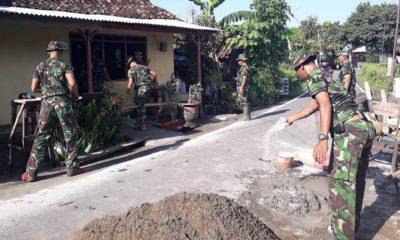 Komandan Pos Koramil 0803/18 Manguharjo Kodim 0803/Madiun Peltu Greni HS bersama dengan anggota yang lain ikut membantu merenovasi Rumah Tidak Layak Huni (RTLH) Tahap XV TA 2019 milik Bapak Suharsono (59 thn). (FOTO: mc0803/nn)