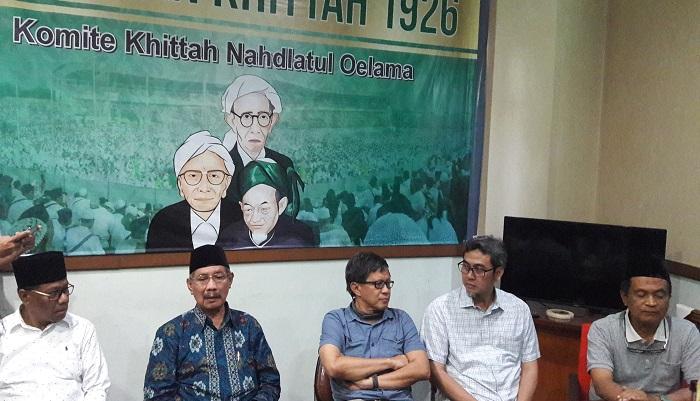 Rocky Gerung menyesalkan adanya penolakan kehadiran dirinya sebagai pembicara di Pondok Pesantren Yanbu'ul Ulum, Kabupaten Tuban, Selasa (19/3/2019). (FOTO: NUSANTARANEWS.CO/Setya)