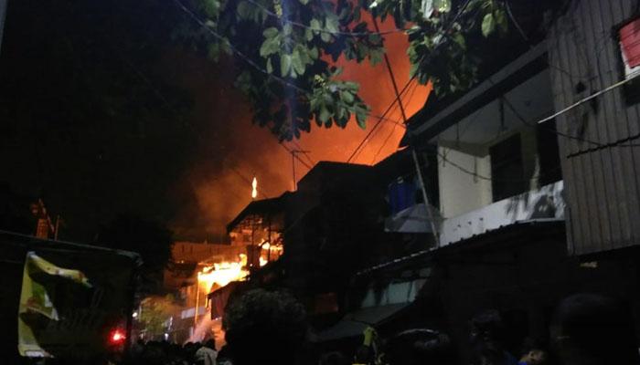 Si Jago Merah Lahap Rumah Warga di Jakarta Barat Tengah Malam