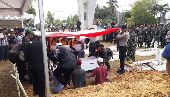 Suasana prosesi pemakaman Baratu Anumerta Muhammad Aldy di TMP Jaya Sakti Nunukan. Jumat (2232019). (FOTO: NUSANTARANEWS.CO/Eddy Santri)