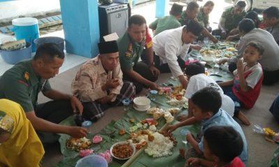 Satgas TMMD Kodim 0824/Jember, menikmati hidangan makan siang bersama kaum Dhuafa. (FOTO: NUSANTARANEWS.CO/Singgih)