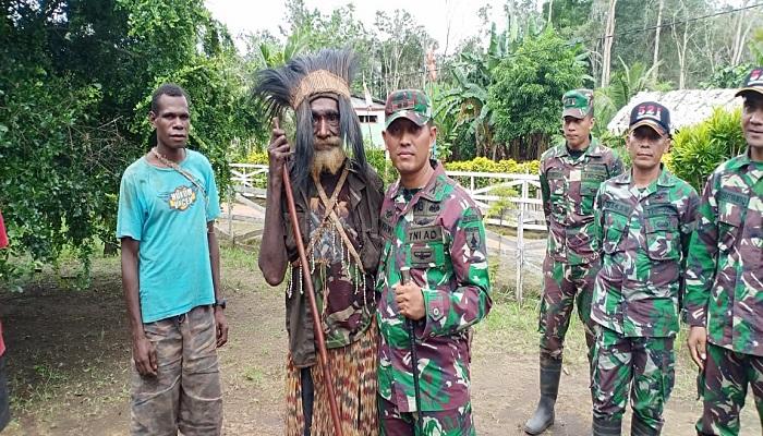 Kepala Suku Yakyu Terharu Saat Rumahnya Direnovasi Satgas Pamtas Yonmek 521 DY, Jumat (19/4/2019). (Foto: Istimewa)