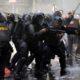 TANPA KOMPROMI: Anggota Brimob bersenjata lengkap menindak tegas para perusuh yang melawan petugas keamanan. (FOTO: NUSANTARANEWS.CO/Han)