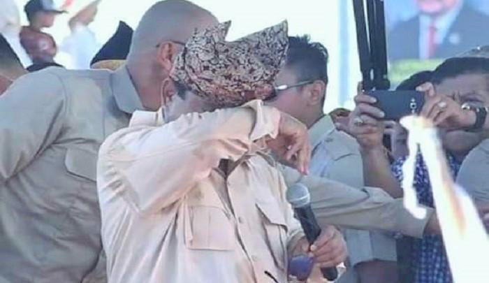 Prabowo menangis saat menerima segepok uang receh dari seorang monteri di Padang, Sumatera Barat. (FOTO: Istimewa)
