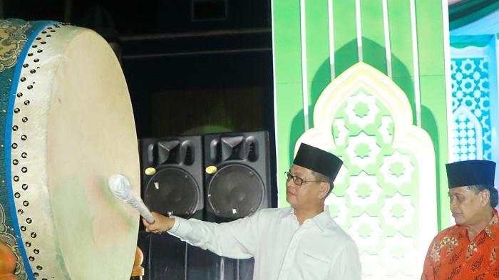 Gubernur Kaltara Dr H Irianto Lambrie memukul beduk, tanda dimulainya perhelatan MTQ IV tingkat Provinsi Kaltara, Rabu (10/4) malam. (FOTO: NUSANTARANEWS.CO/Istimewa)
