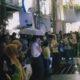 Nobar Debat Kelima Relawan GoJo Diguyur Hujan, Peserta Nobar Memilih Bertudung (Foto: Adhon/NUSANTARANEWS.CO)
