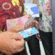 Gubernur Kaltara Dr H Irianto Lambrie saat mensimulasikan penarikan insentif guru melalui Kartu ATM Guru dan Penyuluh Sejahtera. (FOTO: NUSANTARANEWS.CO)