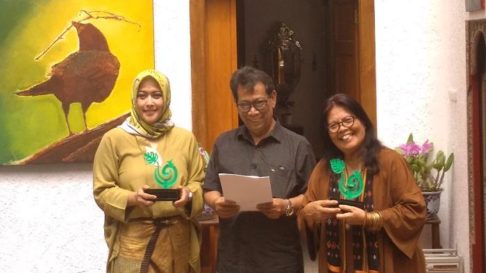 Pemangku ICLaw, Yeni Fatmawati Fahmi Idris, Kritikus Sastra sekaligus dewdan juri kehormatan LCCCB Maman S Mahayana, dan Ketua penyelenggara sekaligus anggota dewan juri Naning Pranoto (Dari kiri ke kanan). (FOTO: NUSANTARANEWS.CO)