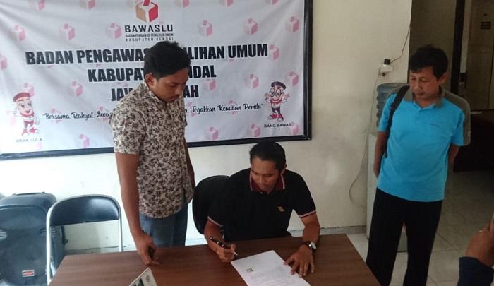 Siswanto Sekdes di Kecamatan Rowosari dan Budi Ristanto Sekdes di Kangkung menandatangani berita acara klarifikasi di Kantor Bawaslu Kendal, Jumat (29/3). Siang ini seorang saksi lagi akan dihadirkan untuk mendalami dugaan pelanggaran dua Sekdes tersebut. (FOTO: NUSANTARANEWS.CO/Udin)