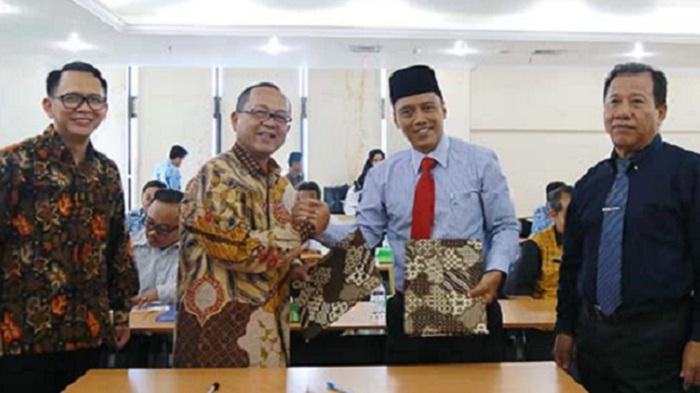 REPLIKASI: Kepala DPMPTSP Kaltara, Risdianto usai menandatangani PKS Replikasi Aplikasi SIMPATIK, Senin (22/4/2019). (FOTO: NUSANTARANEWS.CO/Istimewa)