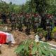 Penghormatan Terakhir Kasdim Pada Upacara Pemakaman Sertu Arif Suko Yuwono. (FOTO: NUSANTARANEWS.CO/md/hrm)