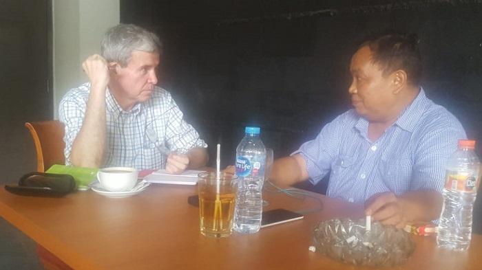 Wawancara Waketum Gerindra Arief Poyuono dengan jurnalis investigasi independen asal Amerika Serikat, Allan Nairn disebuah tempat tertutup, 20 Maret 2019. (FOTO: Dok. NUSANTARANEWS.CO/AP/Istimewa)