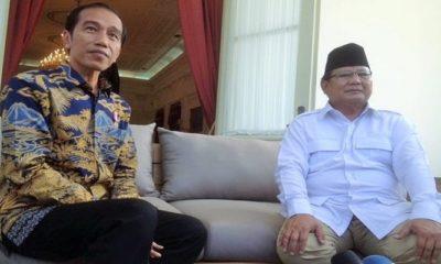 Presiden Jokowi dan Prabowo Subianto berbincang di beranda belakang Istana Merdeka, Jakarta, Kamis (17/11).