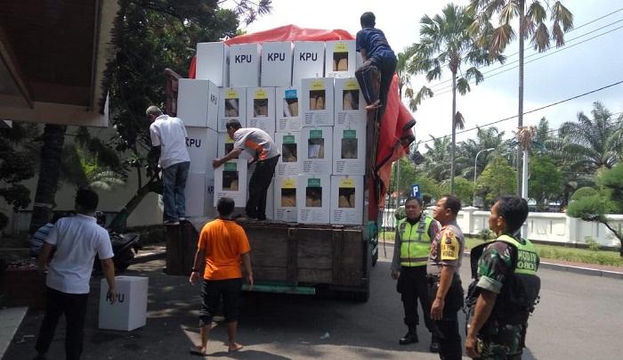 Sinergitas TNI dan Polri dalam Hal ini Jajaran Kodim 0803/Madiun dan Polres Madiun melakukan pengawalan pendistribusian logistik kotak suara Pemilu Pileg dan Pilpres 2019. (Foto: Istimewa)