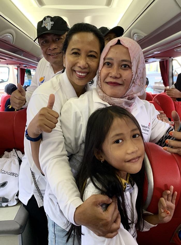 Menteri BUMN RI Rini M. Soemarno (kedua dari kiri) didampingi Direktur Utama Telkom Ririek Adriansyah (paling kiri) berbincang dengan pemudik saat meninjau bus BUMN Mudik Bareng 2019 TelkomGroup tujuan Surabaya di Parkir Timur Gelora Bung Karno, Jakarta, Kamis (30/5). Secara keseluruhan, TelkomGroup melaksanakan mudik bareng ke 32 kota tujuan dengan menyediakan 105 moda transportasi bus, 4 trip kapal laut, 21 penerbangan, dan 2 rangkaian kereta api, sedangkan total pemudik yang ikut dalam program Mudik Bareng BUMN 2019 sebanyak lebih dari 250.000 orang yang merupakan sinergi dari 104 BUMN. (Foto: Istimewa/NUSANTARANEWS.CO)